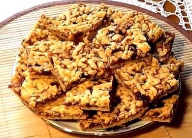 Готвене на вкусна и проста бисквитка с конфитюр със сладко и трохи у дома според рецептата със снимка.