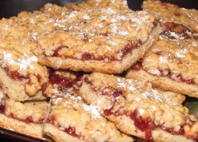 Готвене на вкусни късопечени бисквитки със сладко и трохи според рецептата със снимка.