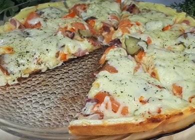 Jednoduchá a chutná pizza na majonéze a zakysané smetaně na pánvi: vaříme podle receptu krok za krokem s fotografií.