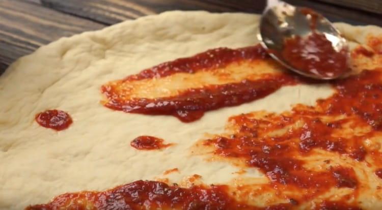 Намажете тестото със сос.