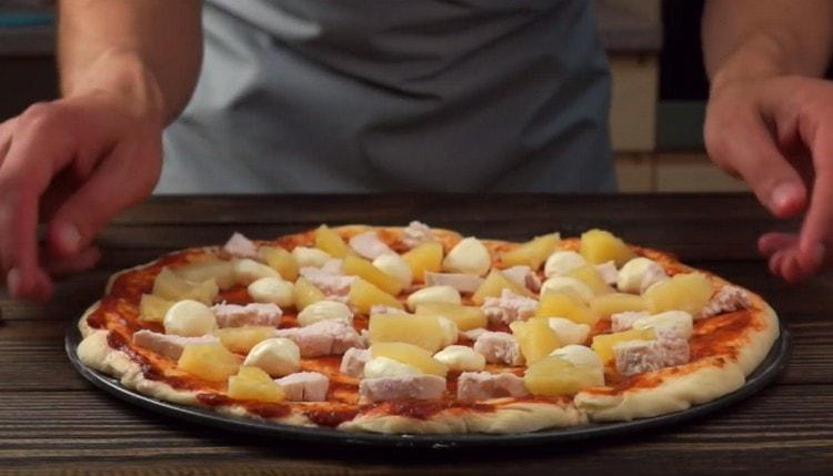 Поставяме парчета пилешко и ананас върху детайл.
