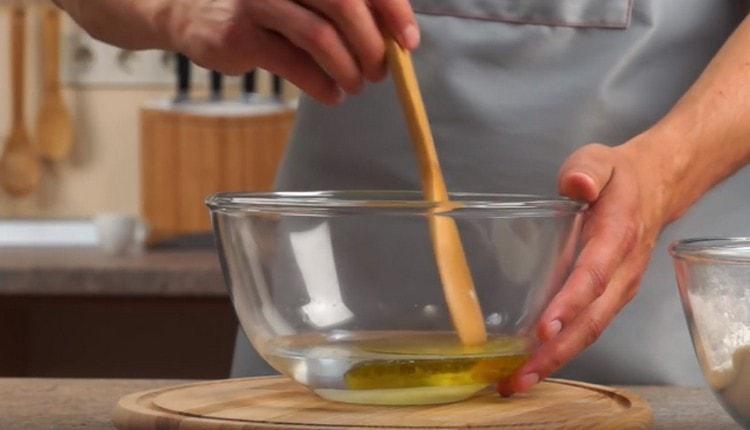 В отделна купа смесете зехтина със сол и захар.