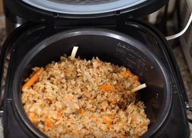 Ruoanlaitto herkullinen pilaf hitaassa liesi sianliha resepti valokuva.