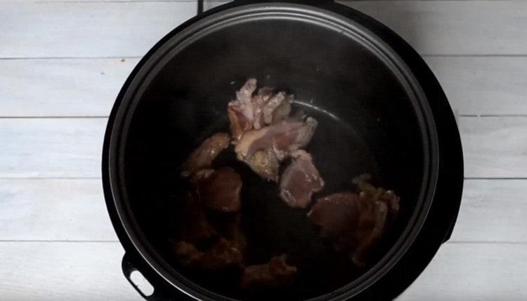 Първо запържете мазни парчета месо в бавна готварска печка.