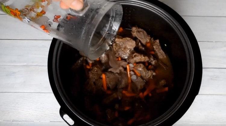 Добавете вода, така че да покрие продуктите.