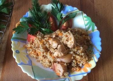 Готвене на вкусен пилови булгур с пилешко месо според рецептата със снимка.