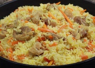 Vaření lahodné pilaf s kuřetem na pánvi podle receptu s fotografií.