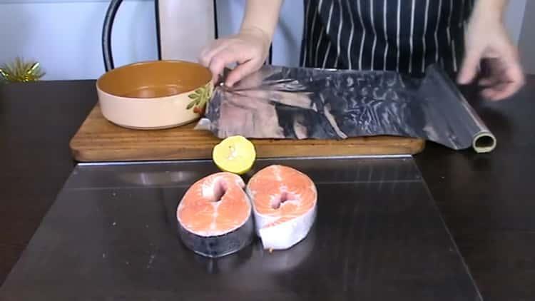 За да приготвите пъстърва на пържола във фурната, подгответе фолиото