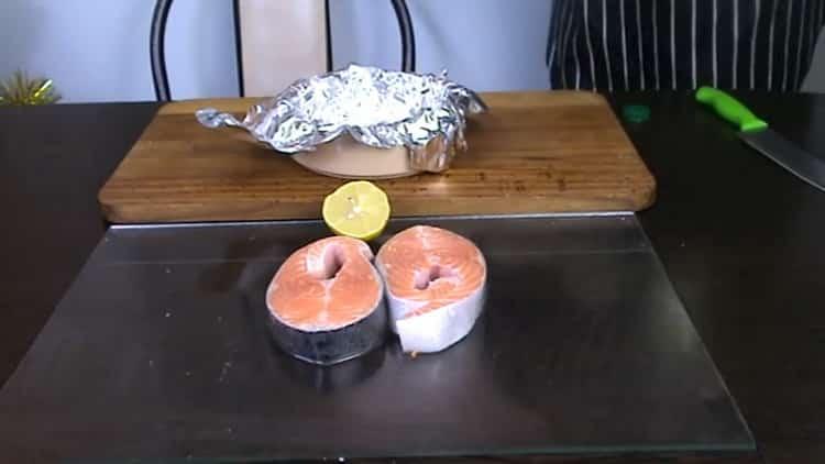 За да направите пъстърва пържола във фурната, пригответе калъп