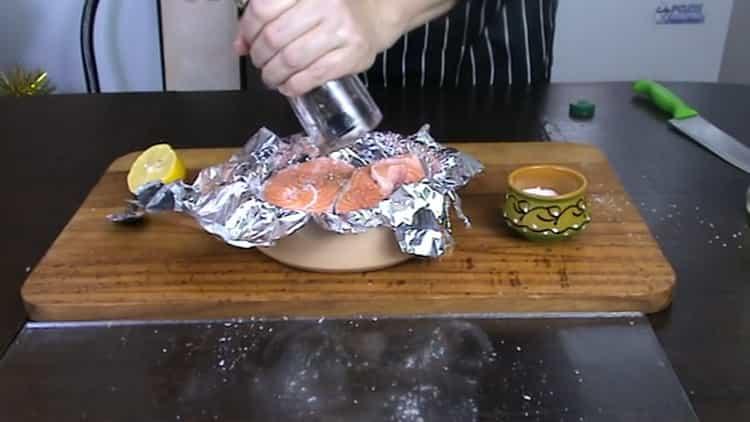 За да готвите пъстърва пържола във фурната, сложете черен пипер на риба