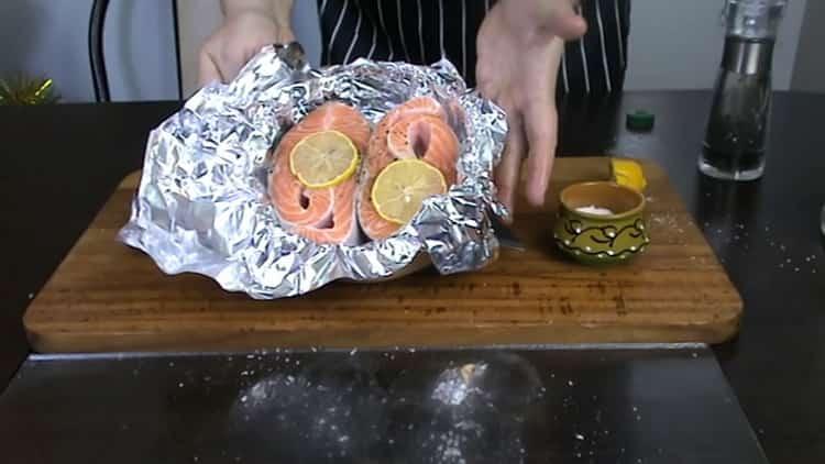 Сложете лимон върху риба, за да готвите пъстърва пъстърва във фурната.