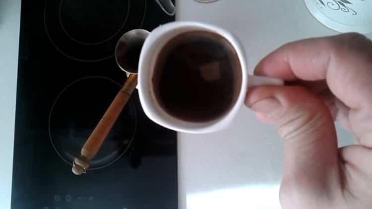 Aromatická kardamomová káva je připravena