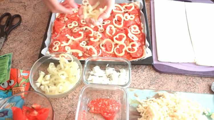 Aseta leivonnaiset-pizza uunissa asettamalla ainekset taikinaan
