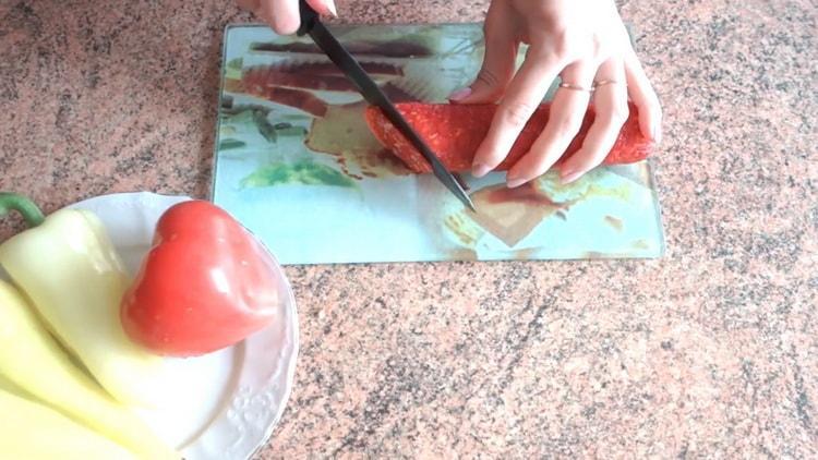Valmista ainesosat, jotta pizza voidaan valmistaa uunin leivonnaisista
