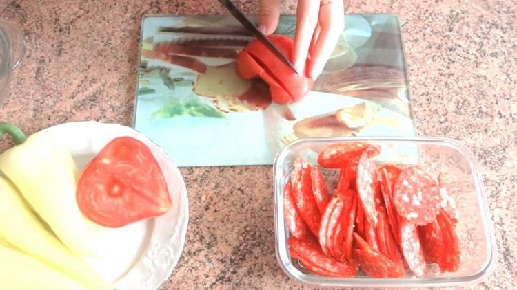Pilkkoa tomaatit, jotta voit tehdä leivonnaisia pizzaa uunissa