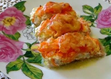 Lahodný růžový losos s rajčaty a sýrem v troubě: vaření s fotografiemi krok za krokem.