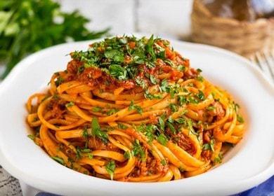 Ruoanlaitto herkullinen laivaston pastaa muhennoksella valokuvan mukaan.