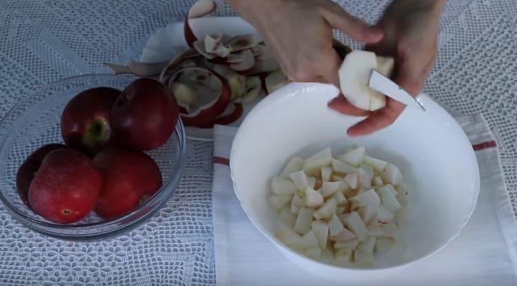 Täyte valmistamiseksi kuori ja leikkaa omenat paloiksi.