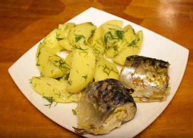 Нежна и сочна скумрия, приготвена на пара в бавна готварска печка: гответе със стъпка по стъпка снимки.