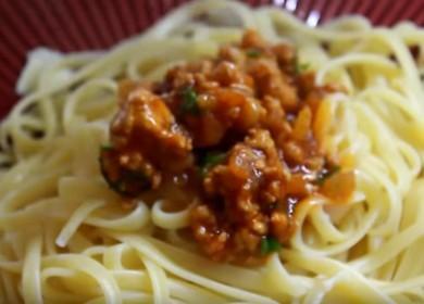 Připravujeme voňavé špagety s mletým masem a rajčatovou pastou podle postupného receptu s fotografií.