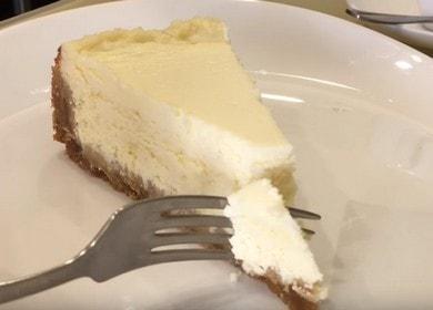 Vaření lahodný tvarohový koláč z cookies a tvarohu podle postupného receptu s fotografií.