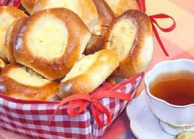 Tvarohové koláče s tvarohem z droždí těsta podle postupného receptu s fotografií