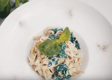 Ruokahalua herättävä fettuccine pasta omilla käsillä: Keitämme reseptin mukaan valokuvalla.