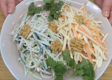 Вкусна и здравословна салата от корен от целина: приготвяме две версии на ястието със стъпка по стъпка снимки.