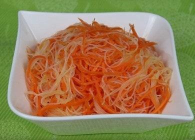 Valmistamme mausteisen salaatin, jossa on funchosea ja korealaisia porkkanoita askel-askeleelta kuvan mukaan.