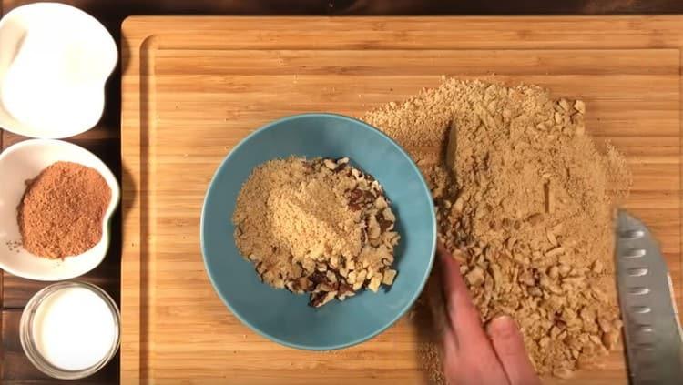 Smíchejte cookies s ořechy v jedné misce.