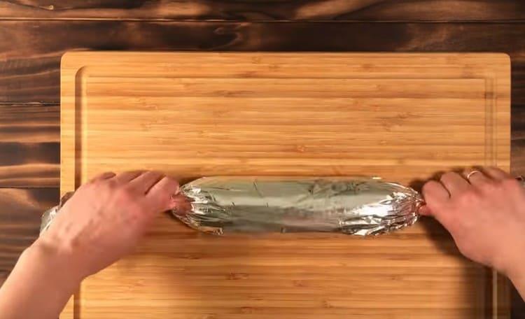 Výslednou klobásu zabalte do fólie a vložte do chladničky.