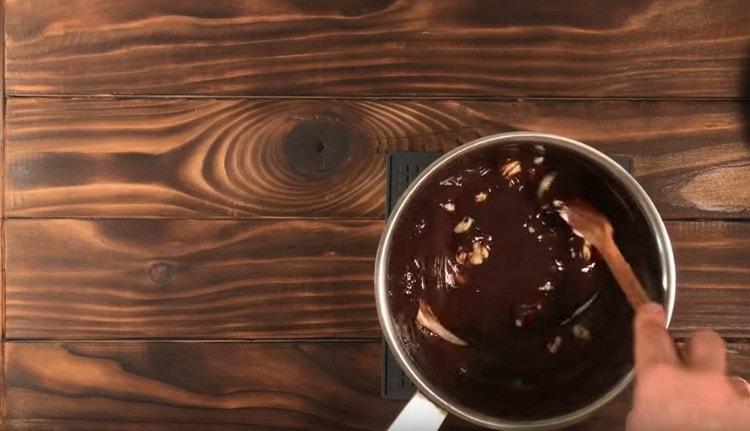 Do čokolády přidejte máslo a promíchejte.