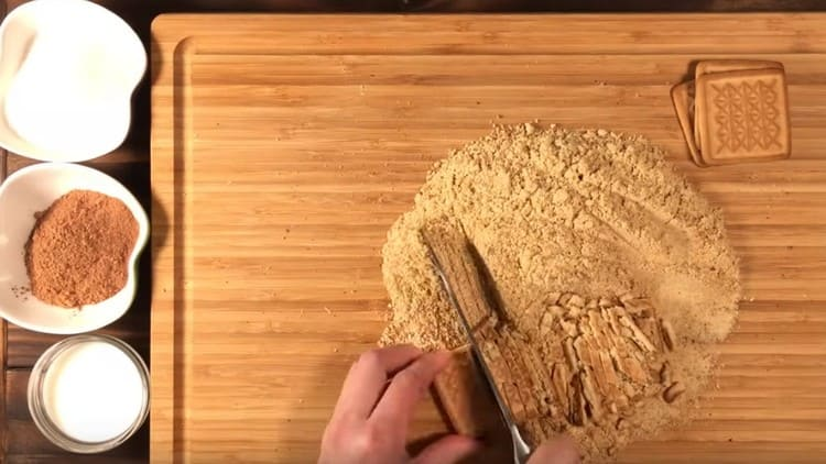 Nůž jsme rozřezali malou část sušenky na plátky.