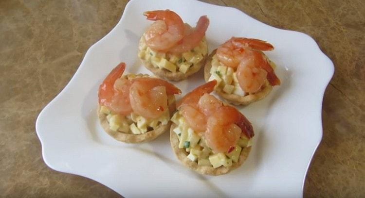 Chutné a krásné košíčky s krevetami jsou připraveny.