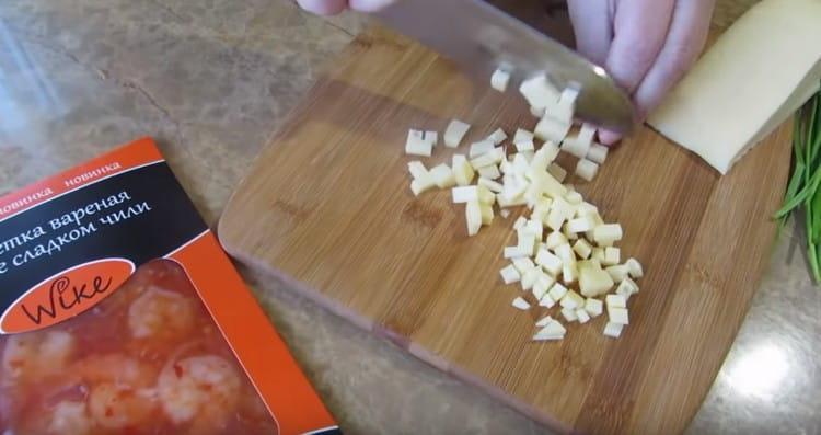 nakrájejte tvrdý sýr na malé kostky.
