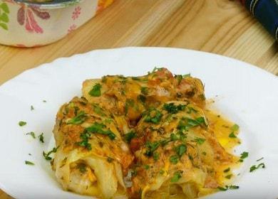 Zeleninové rohlíky vaříme v troubě v rajčatové a zakysané smetanové omáčce podle postupného návodu s fotografií.