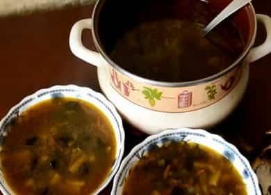 Houbová polévka ze sušených hub s perličkovým ječmenem podle postupného receptu s fotografií