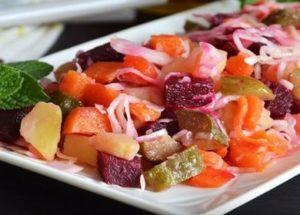 Готвене на вкусен и удовлетворяващ винегрет: класическа рецепта с боядисано зеле.