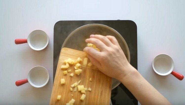 Brambory nakrájíme na kostičky a vaříme s přidáním octa.
