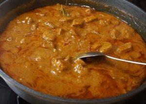 Готвене на гъст телешки гулаш със сос: класическа рецепта със стъпка по стъпка снимки.