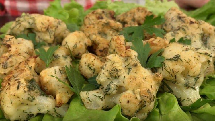 Podávejte zelí na listech hlávkového salátu.