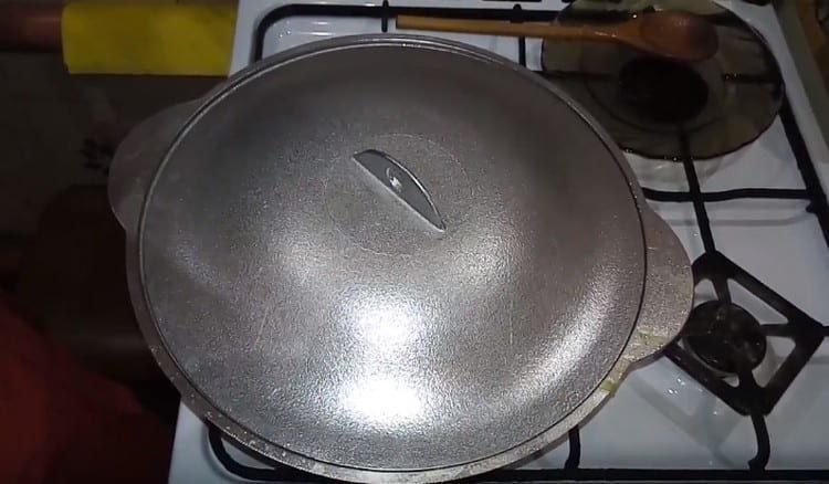 Snižte teplo na minimum a vařte ovesnou kaši pod víkem.