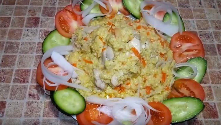 Vydatná kaše s proso s masem se hodí k čerstvé zelenině.