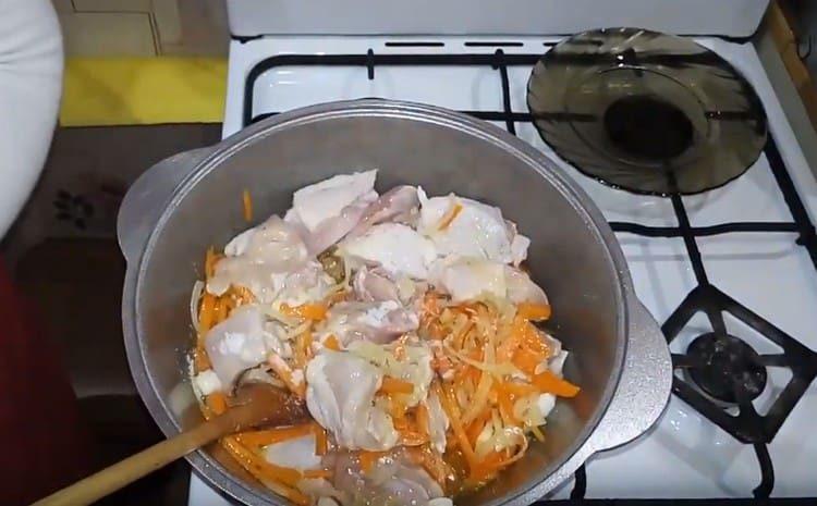 Přidejte kuře do zeleniny.