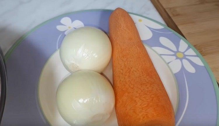 Обелете един морков и два лука.