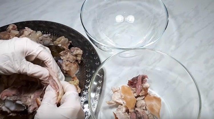 Месото се отделя от костите и се разделя на влакна.
