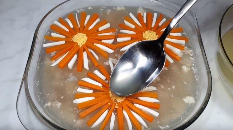Залейте цветята с няколко капки бульон и сложете в хладилника.