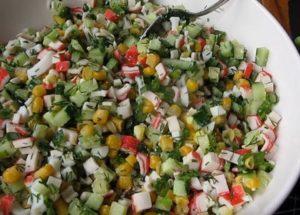 Připravujeme lahodný salát z krabích tyčinek, kukuřice, vajec a okurek podle postupného receptu s fotografií.