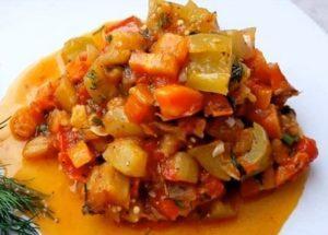 Připravujeme lehký salát ze zeleniny dle postupného receptu s fotografií.