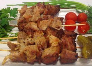 Připravujeme aromatické a šťavnaté kebab ve sklenici na špízech v peci: originální krok za krokem recept s fotografií.